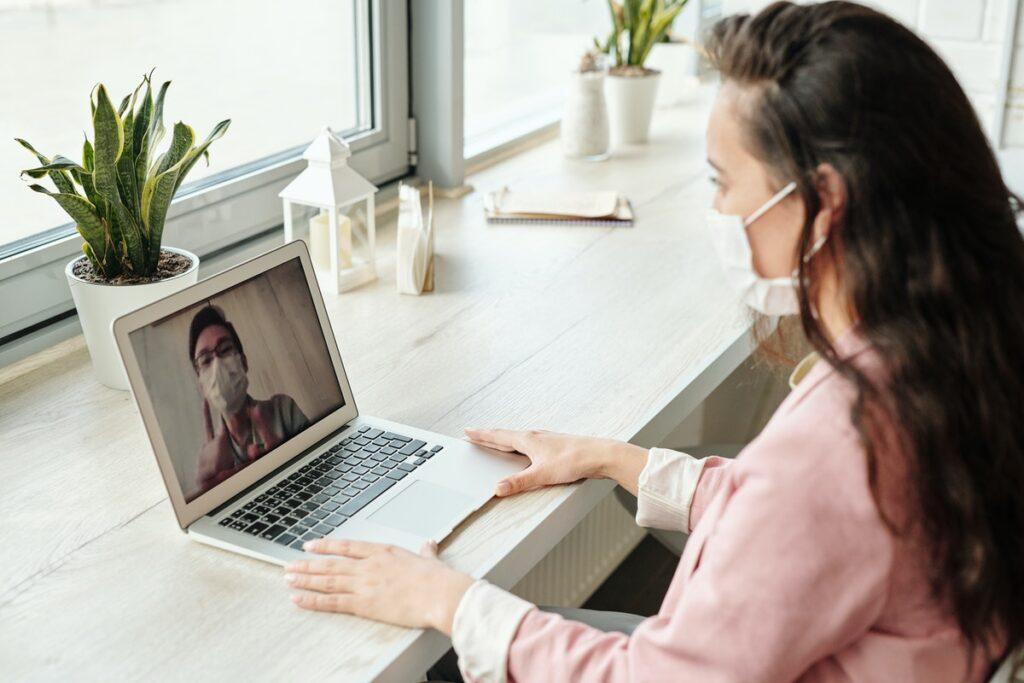 mulher fazendo reunião de condomínio